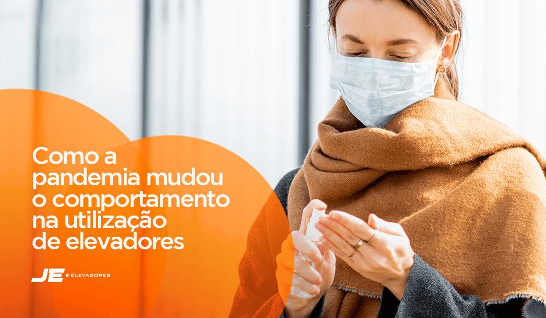Elevador - uma moça higienizando as mãos representando os novos hábitos na utilização de elevadores na pandemia