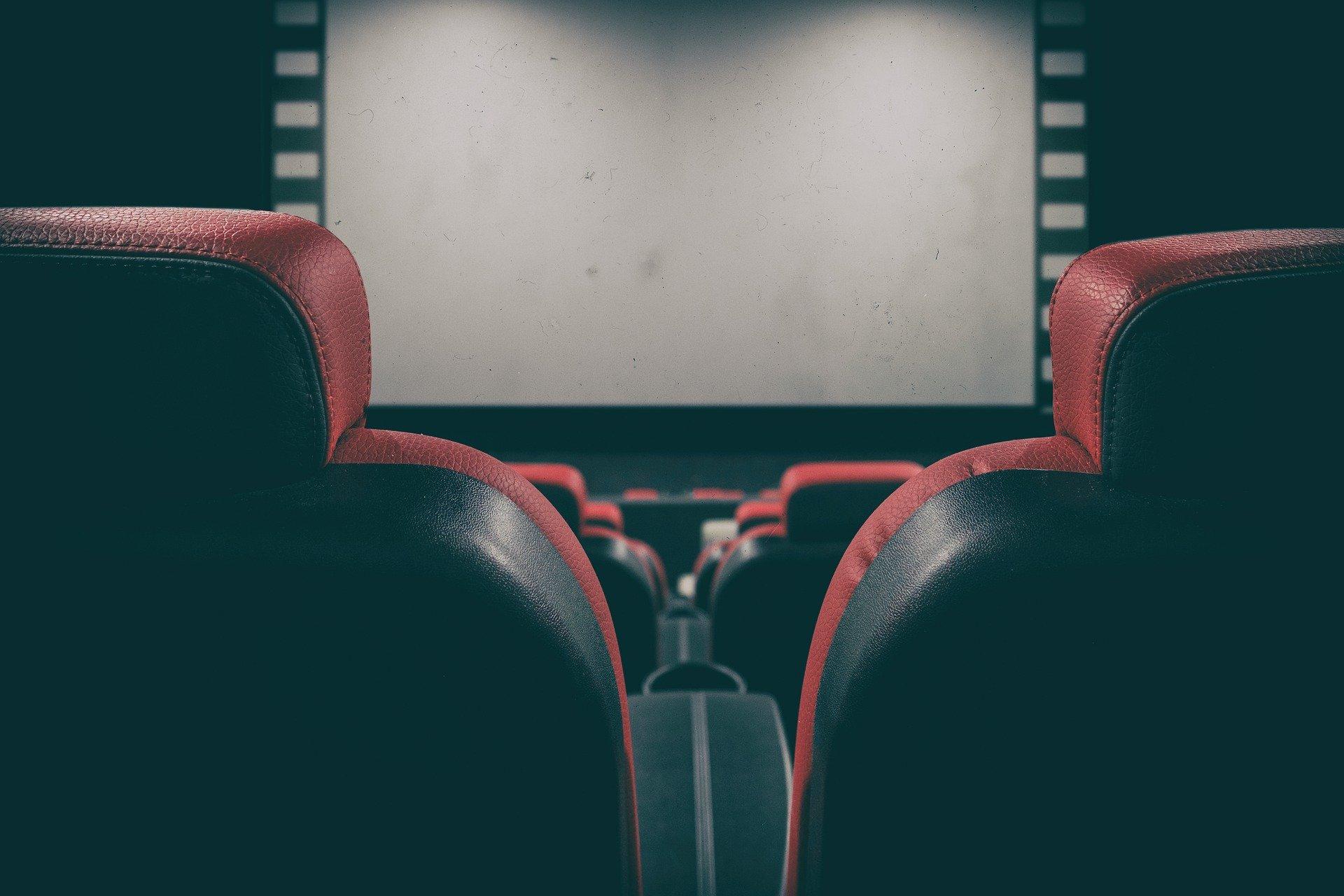 Pessoas com deficiência - sala de cinema | JE Elevadores